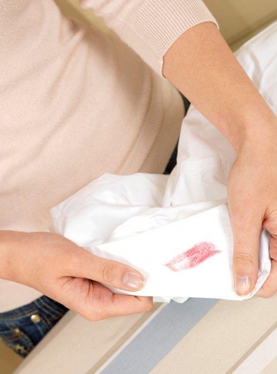 9 گام عملی برای پاک کردن لکه رژ لب از روی لباس