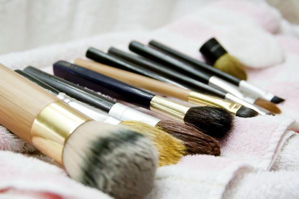 چگونه برس های آرایشی را تمیز کنیم؟