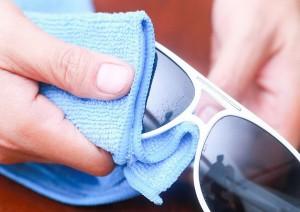 سه گام ساده تا تمیز کردن شیشه عینک آفتابی