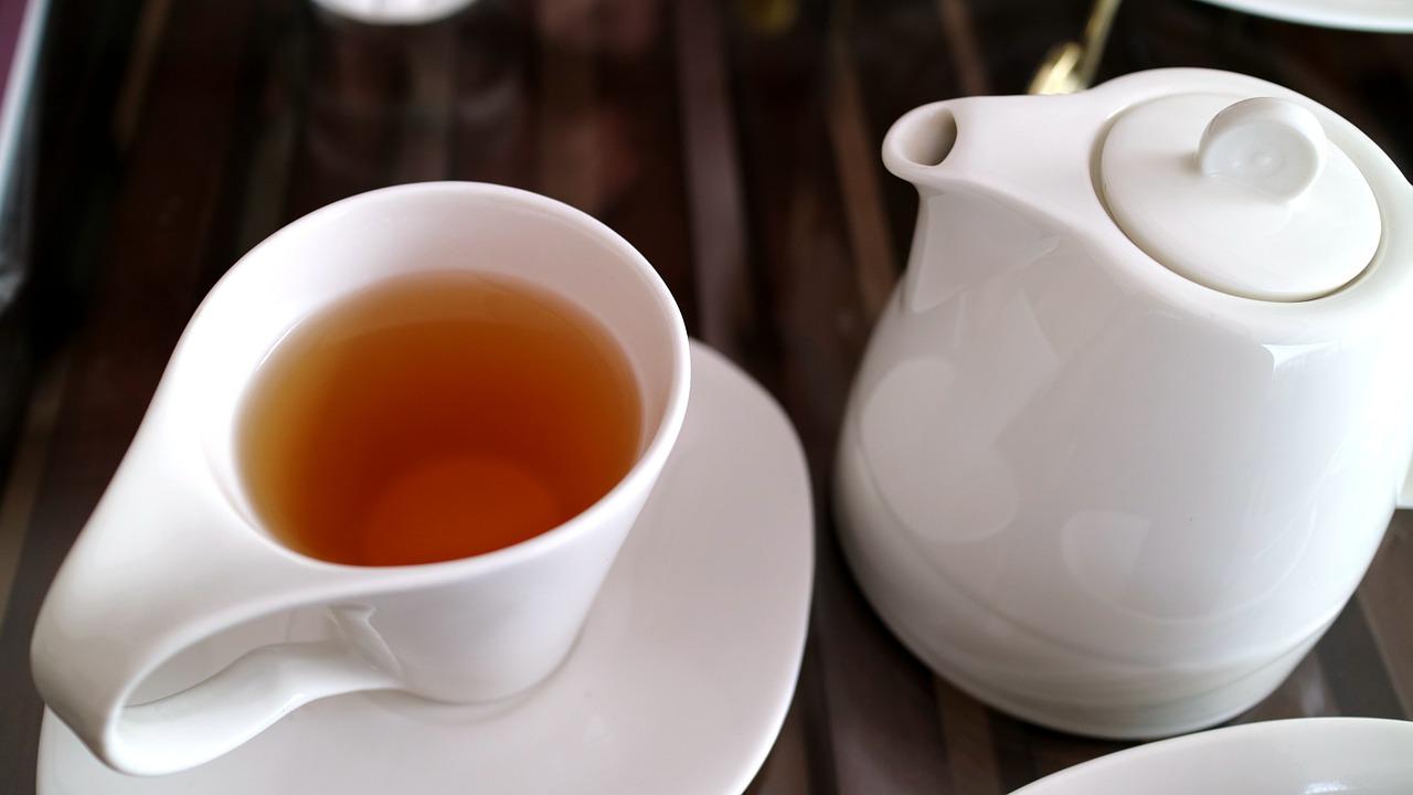 چگونه لکه چای را از لباسم پاک کنم؟
