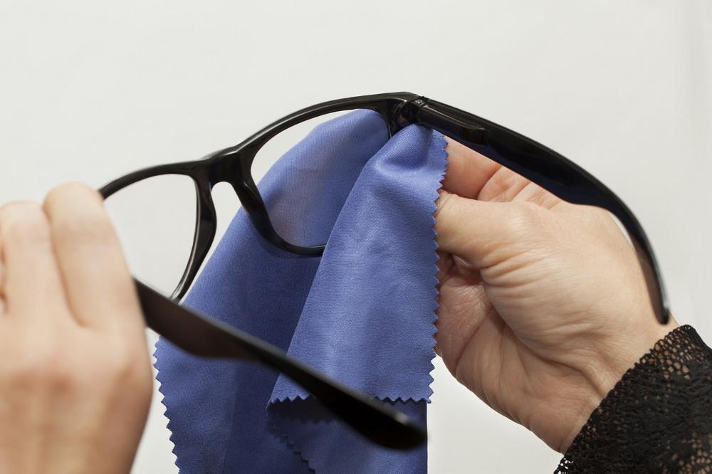 پاک کردن شیشه عینک در 5 گام ساده