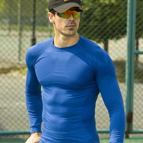 چگونه لباس بپوشیم که عضلانی تر دیده شویم؟
