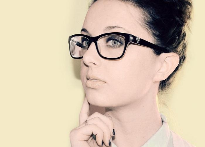 اهمیت عینک زدن برای دختر خانم های خجالتی