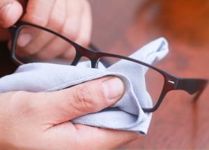 عینک تان را حرفه ای تمیز کنید!