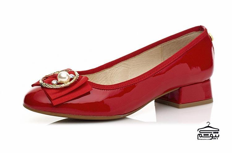 پوشیدن یک کفش پاشنه کوتاه به رنگ قرمز