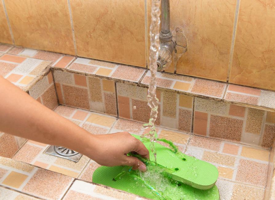 ۳ راه برای تمیز کردن دم پایی لا انگشتی