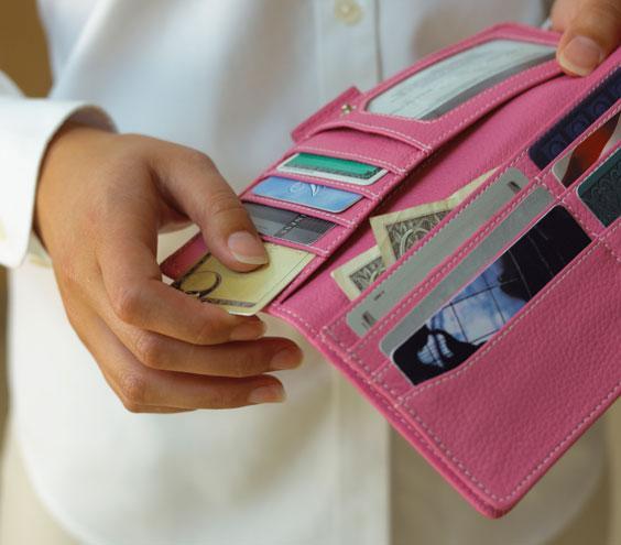 چه چیزهایی را نباید در کیف پولتان بگذارید!