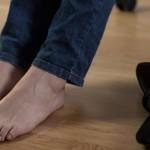 ۲ راه ساده برای گشاد کردن کفشهای تنگ