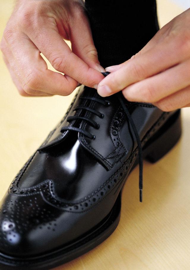 روش برق انداختن کفش چرم