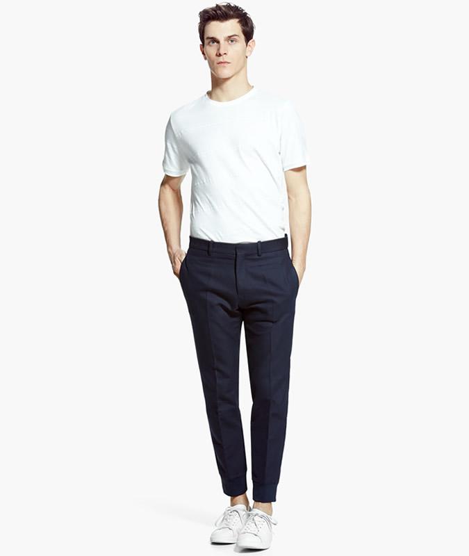 ۹ راه برای پوشیدن تی شرت سفید مردانه