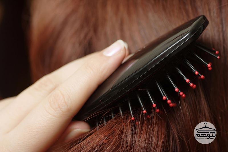 وقتی موها کاملا خشک هستند آنها را شانه کنید