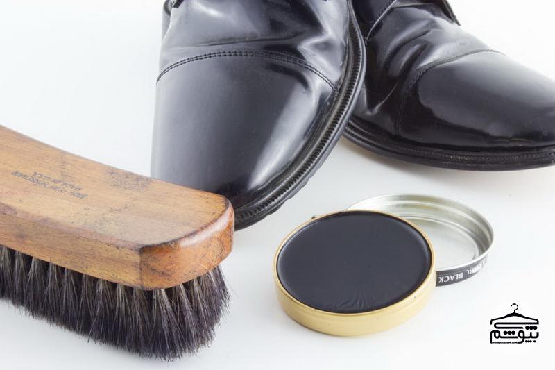 چگونه کفش چرم مردانه را در ۱ دقیقه براق کنیم؟