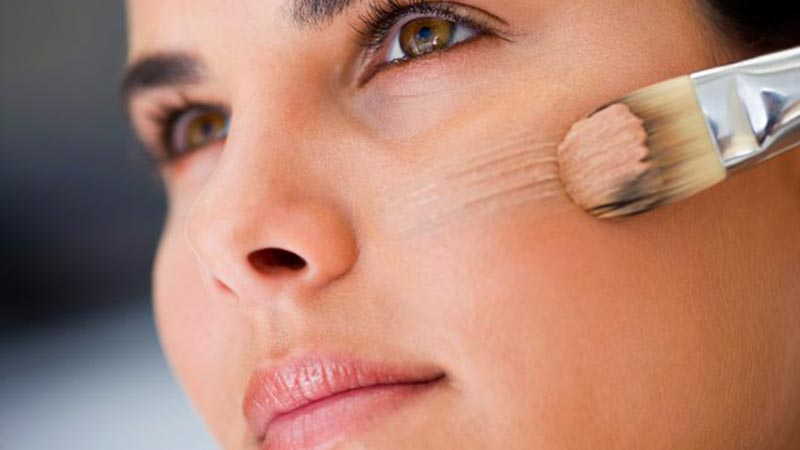روی پوست صورت کرم پودر و یا پنکک بزنید