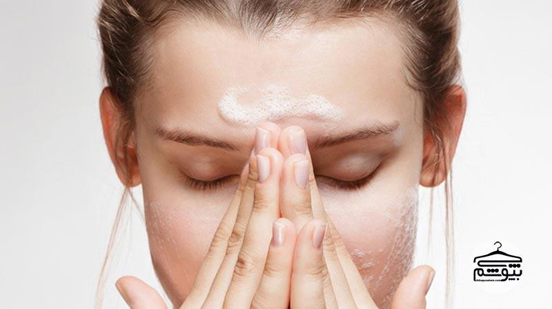 در ابتدا، صورت خود را به خوبی بشویید