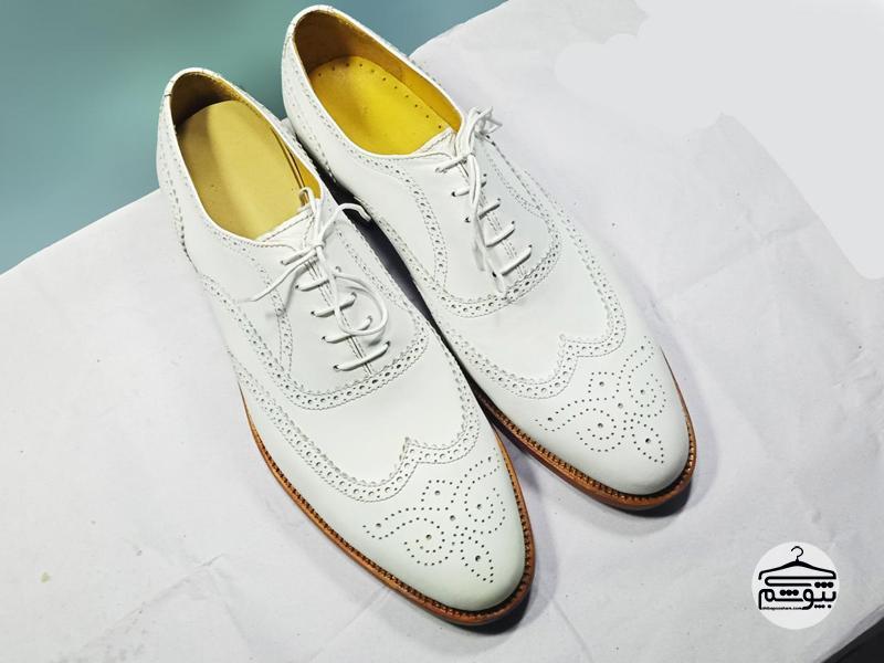کفش سفید چرم را با کت و شلوار ست کنید