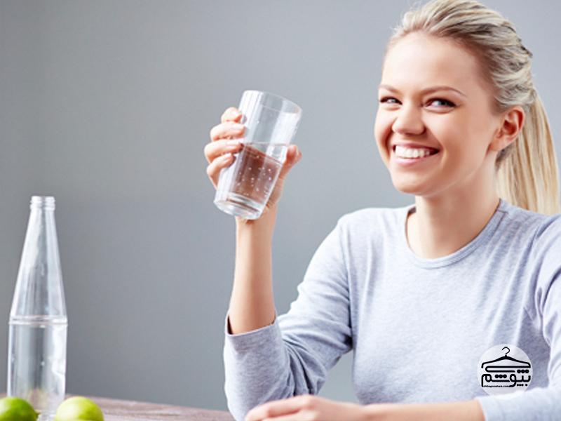نوشیدن آب برای از بین بردن خط اخم
