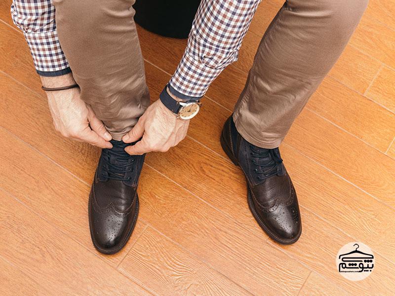از کفش چرم بنددار استفاده کنید