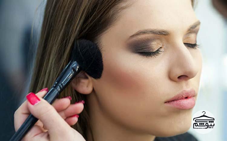 پودر برنزه کننده را روی پوست صورت خود بزنید