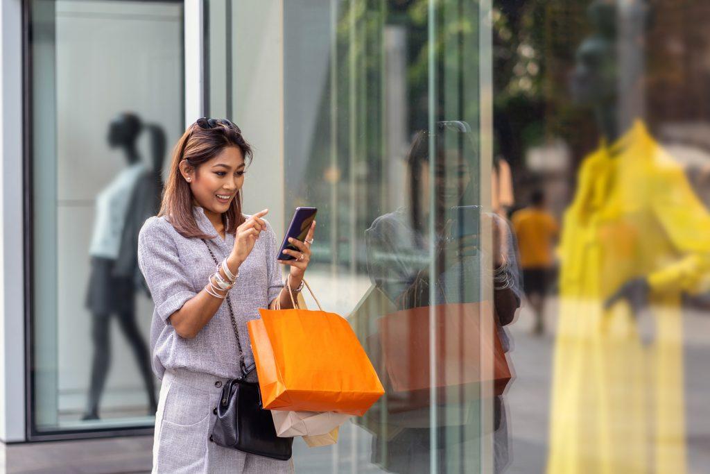 تنهایی خرید رفتن یا با همراه رفتن؟ مسئله این است!
